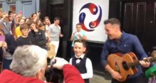 Irish folk singer surprises young fan by sneaking onstage with him